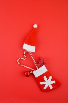 赤い背景の上のクリスマスの装飾