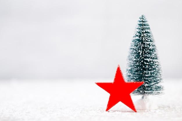 Рождественские украшения на снежном фоне