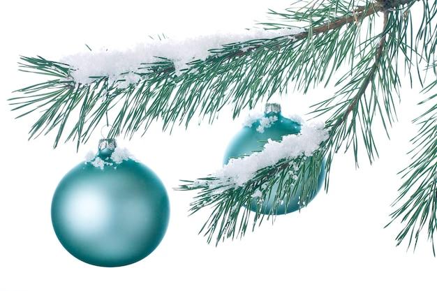 雪に覆われた枝のクリスマスの装飾