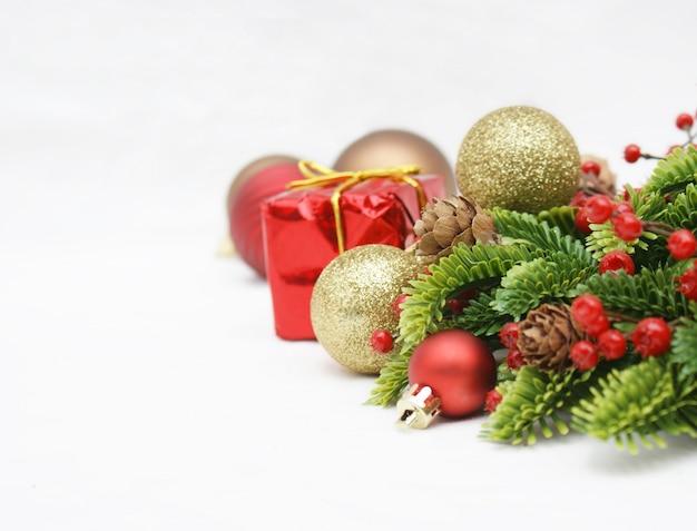 白い背景の上のクリスマスの飾り