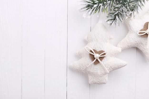 텍스트를 위한 공간이 있는 흰색 나무 배경에 크리스마스 장식