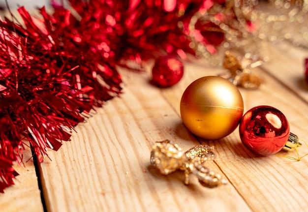 Рождественские украшения на деревянной доске