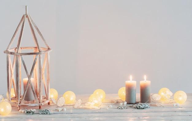 背景の白い壁のクリスマスの装飾