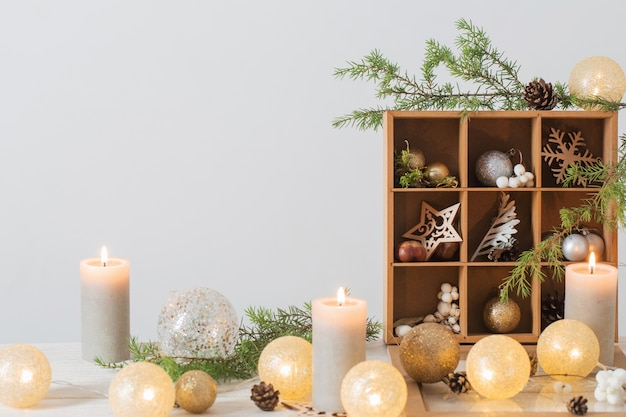 背景の白い壁にクリスマスの装飾