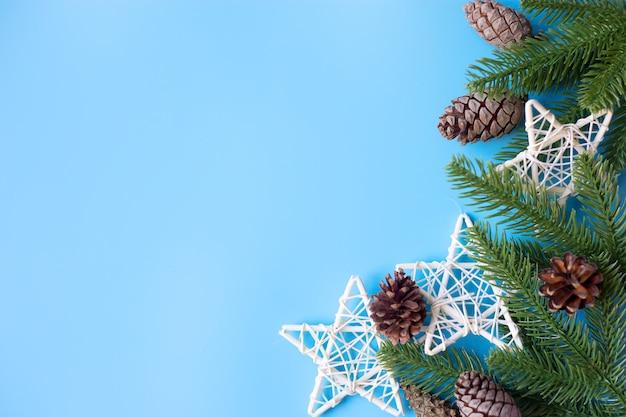 青い背景の上のクリスマスの装飾。新年のコンセプト。テキストの場所。
