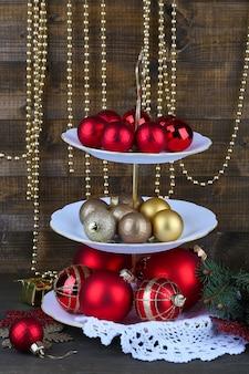 木製の背景に、デザートスタンドのクリスマスの装飾