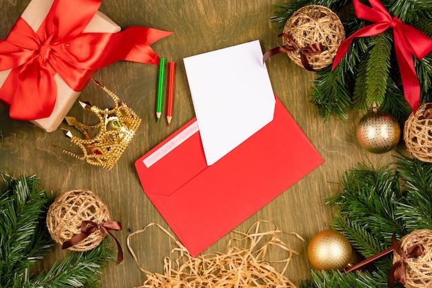 緑の木目調の背景、上面図、デザインのための空きスペース、レッドカーペットの手紙と女の子のための小さな王冠のクリスマスの装飾