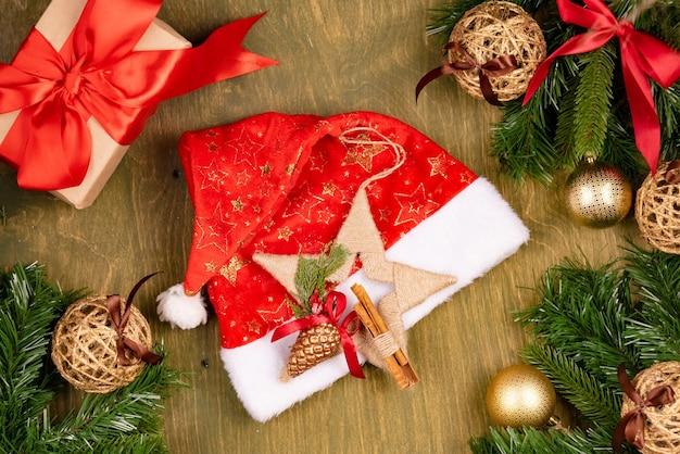 緑の木目調の背景、上面図、デザインのための自由空間のクリスマスの装飾