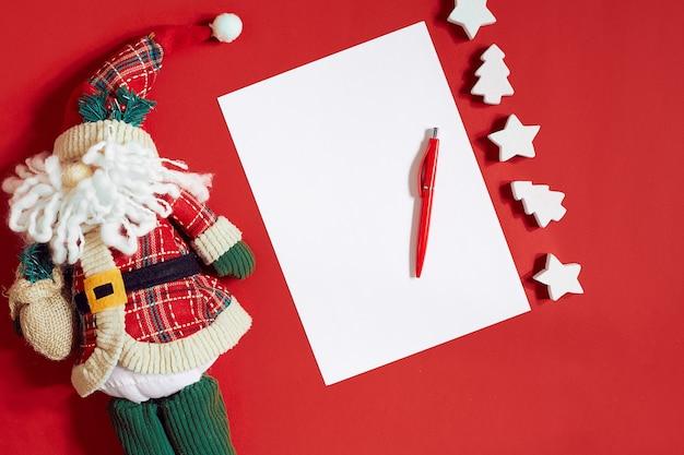 Рождественские украшения на ярко-красном фоне рождество и новый год тематическое место для ваших текстовых пожеланий ...