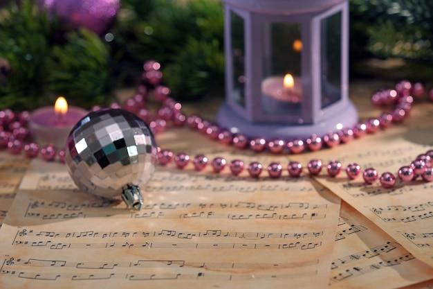 Рождественские украшения на нотных листах, крупным планом