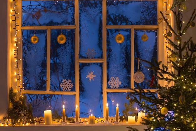 오래 된 나무 창에 크리스마스 훈장