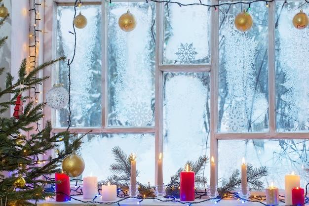 Рождественские украшения на старом деревянном окне