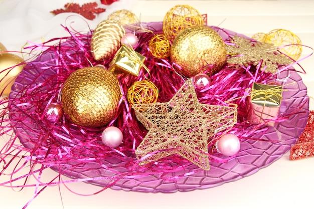 Рождественские украшения на фиолетовом подносе