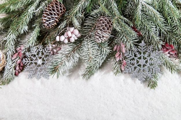 コピースペースと雪の上のクリスマスの装飾