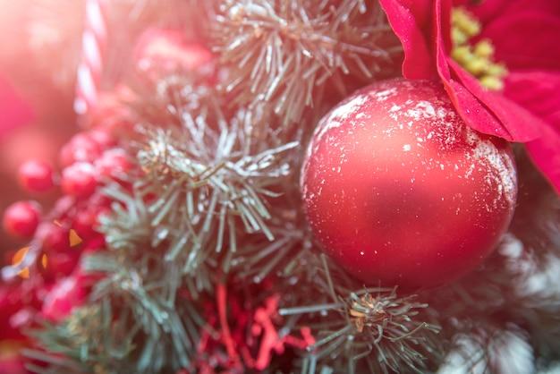 분기 전나무에 크리스마스 장식입니다.