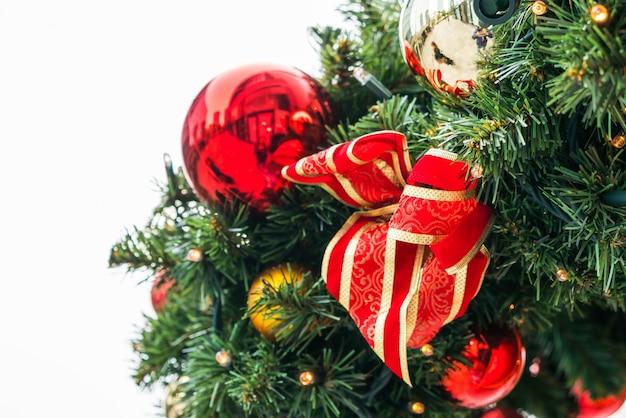 소나무의 가지에 크리스마스 훈장