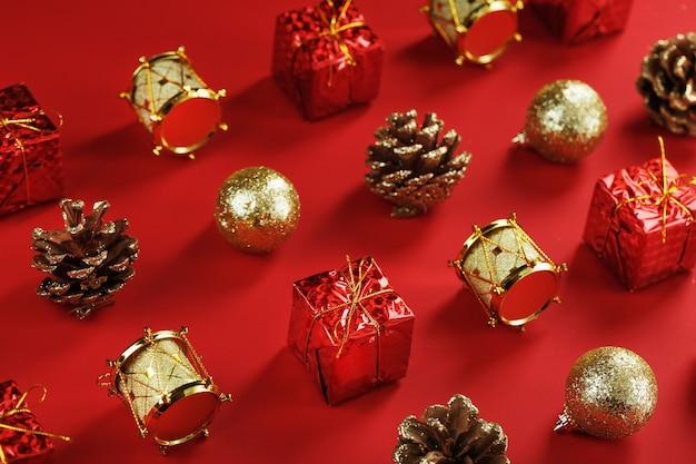 Рождественские украшения на узор елки на красном фоне