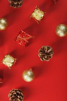 Рождественские украшения по образцу елки на красной стене. вид сверху. новый год. вертикальная рамка