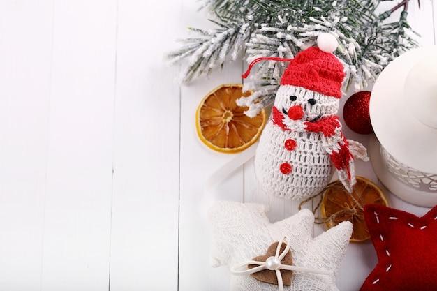 텍스트를 위한 공간이 있는 흰색 나무 배경의 오른쪽에 있는 크리스마스 장식