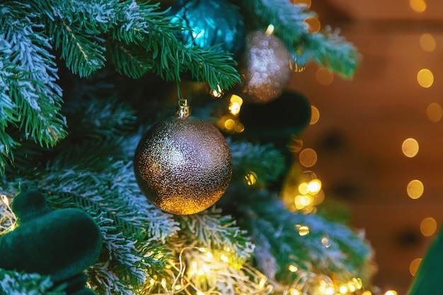 Рождественские украшения на елке. выборочный фокус. праздничный день.
