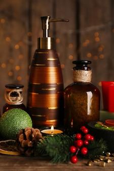Рождественские украшения на стене с фоном огней