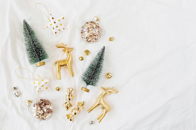 흰색 침대에 크리스마스 장식입니다. 휴일 개념입니다. 평평한 평지, 평면도