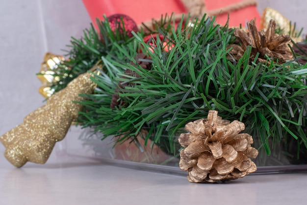 白いテーブルの上のクリスマスの装飾