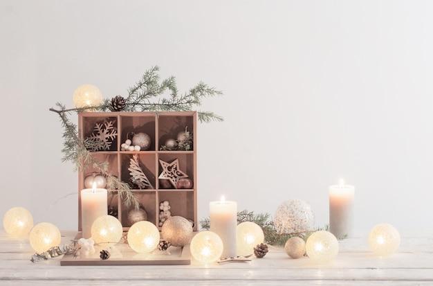 白い壁のクリスマスの装飾