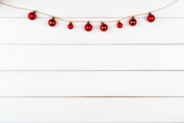 복사 공간 흰색 나무 배경에 크리스마스 장식