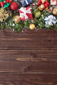 木製の背景にクリスマスの飾り