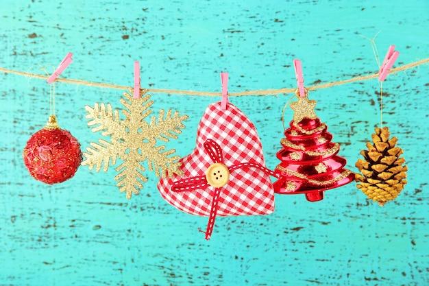 나무 배경에 크리스마스 장식