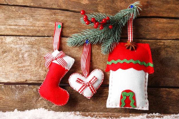 木製の表面のクリスマスの装飾