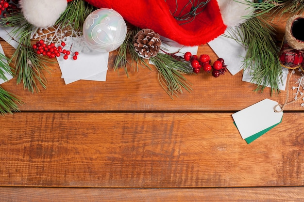 Copyspace와 나무 테이블 배경에 크리스마스 훈장