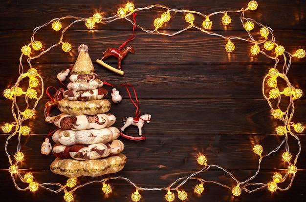 コピースペースと木製のテーブルの背景にクリスマスの装飾