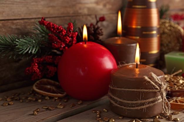 木製のテーブルのクリスマスの装飾、クローズアップ