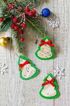 手作り紙のクリスマスデコレーションやクリスマスプレゼント子供のための手作り工芸品
