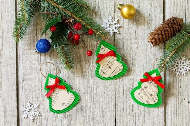 子供のための手作りの紙手作りプロジェクト工芸品のクリスマスデコレーションまたはクリスマスプレゼント