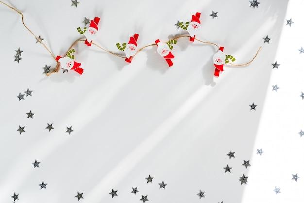 クリスマスデコレーションサンタクロース洗濯はさみの上に。クリスマスフレーム