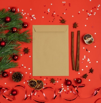 Рождественские украшения вид сверху с конвертом