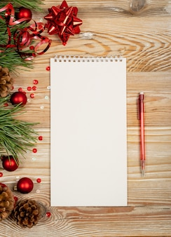 Рождественские украшения вид сверху с ноутбуком