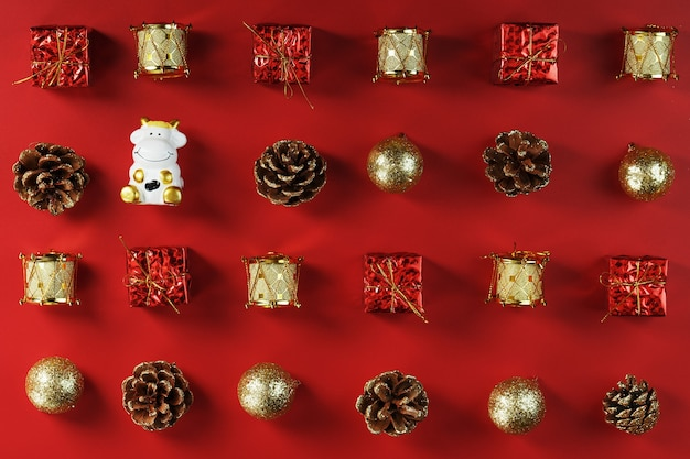 빨간색 배경에 암소와 크리스마스 장식