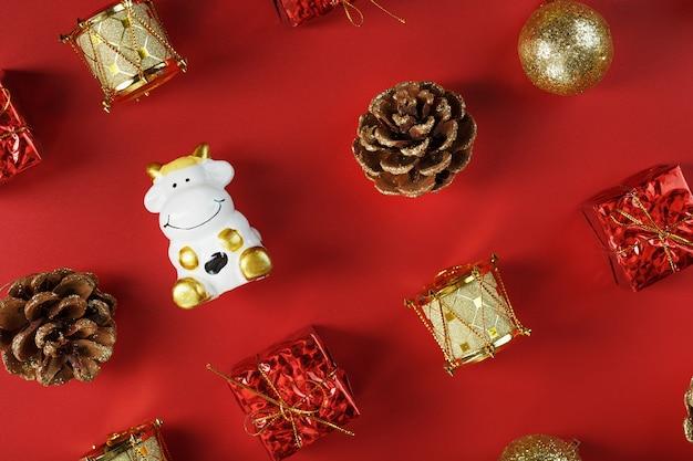 赤い背景に牛とクリスマスの装飾