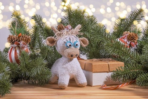2021 년 니트 황소 장난감 상징으로 크리스마스 장식.