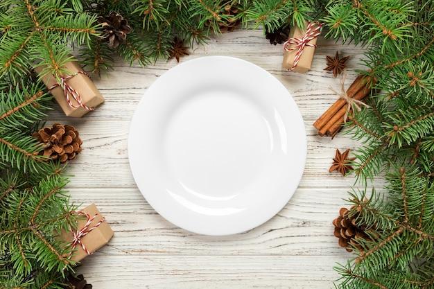 접시와 함께 크리스마스 장식