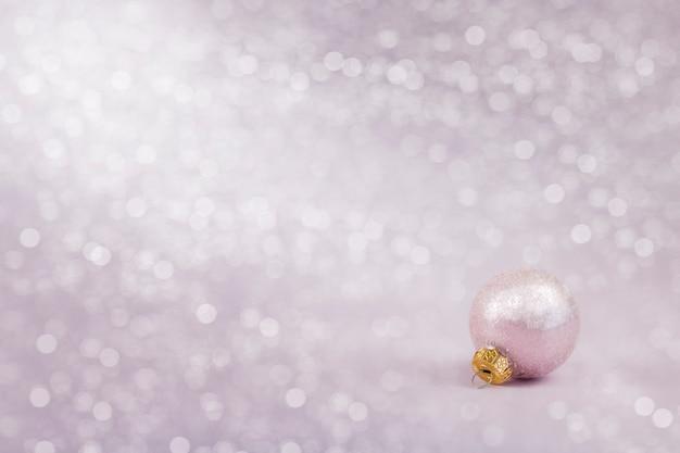 背景に明るくカラフルなボケ味のクリスマスの装飾