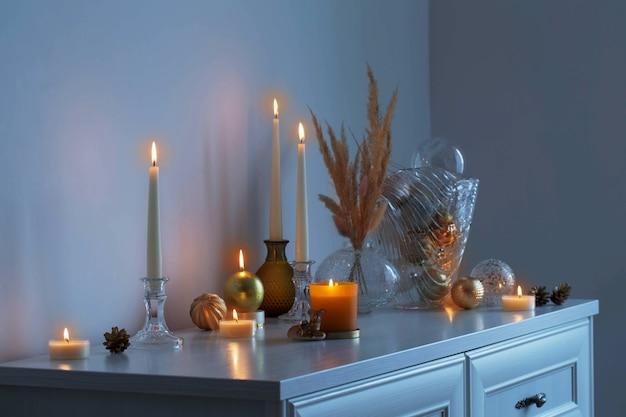 白い部屋で燃えるろうそくとクリスマスの装飾