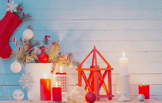 青い木製の燃えるろうそくとクリスマスの装飾