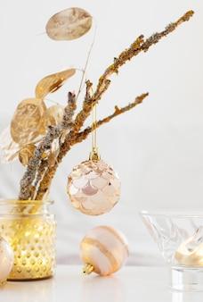 自宅でキャンドルとクリスマスの装飾