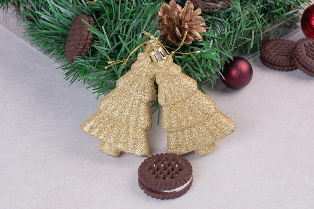 Decorazioni natalizie con biscotti sul tavolo bianco.
