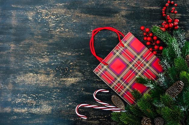 Рождественские украшения с еловой веткой и красными ягодами